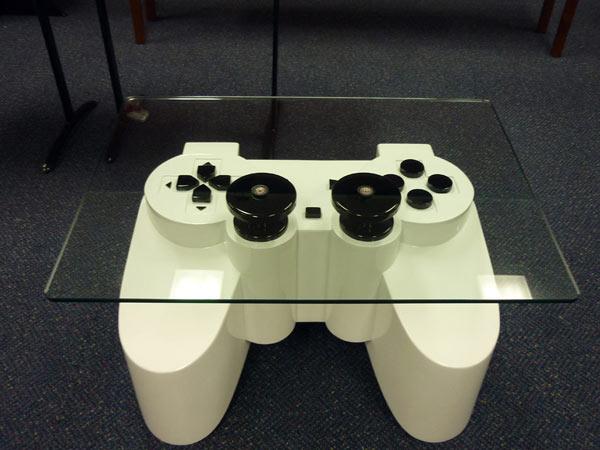 Stakleni sto inspirisan PlayStation kontrolerom