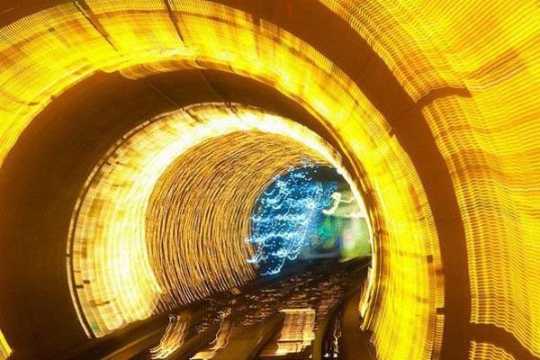 Svetlosni efekti u tunelu u Šangaju