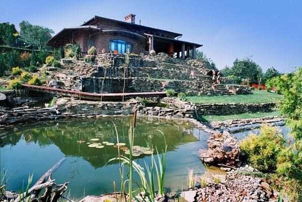 Vila na Fruškoj gori okružena vodopadima