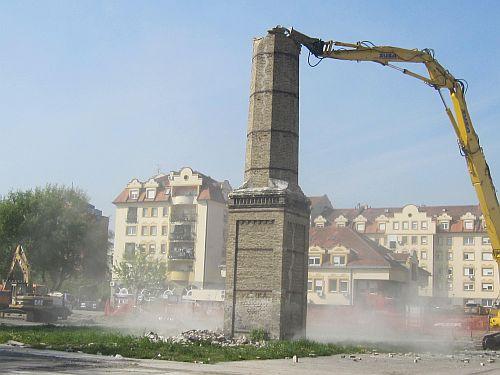 Srušen industrijski dimnjak u Novom Sadu