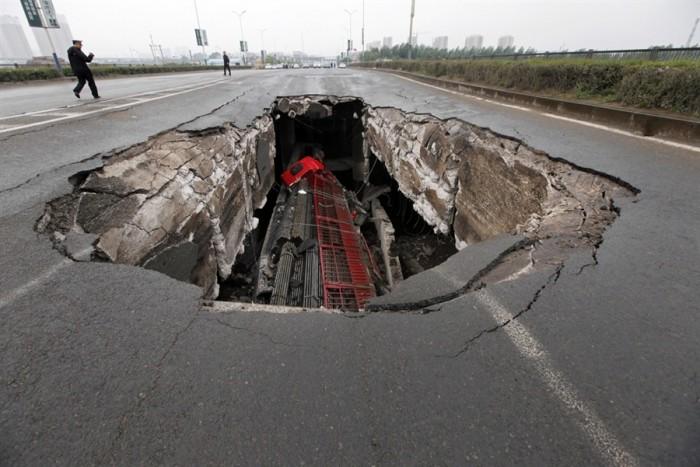 Kamion propao kroz rupu na putu u Kini