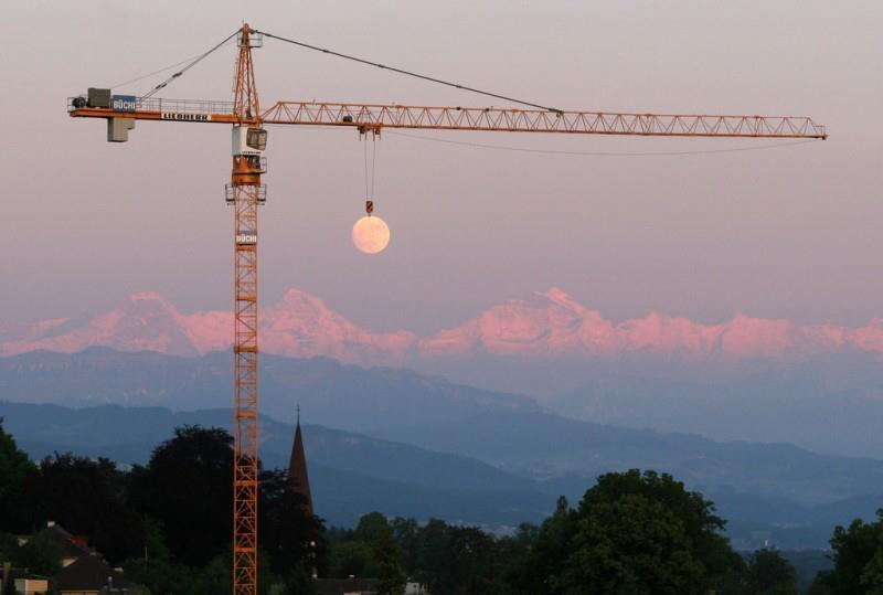 Slika dana: Kran i Mesec