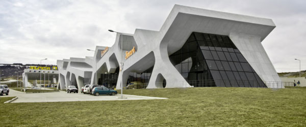 Benzinska stanica i odmaralište od betonskih hijeroglifa