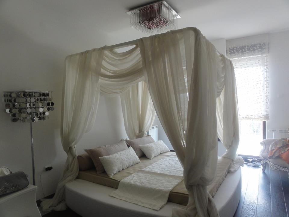 Romantičan krevet sa baldahinom