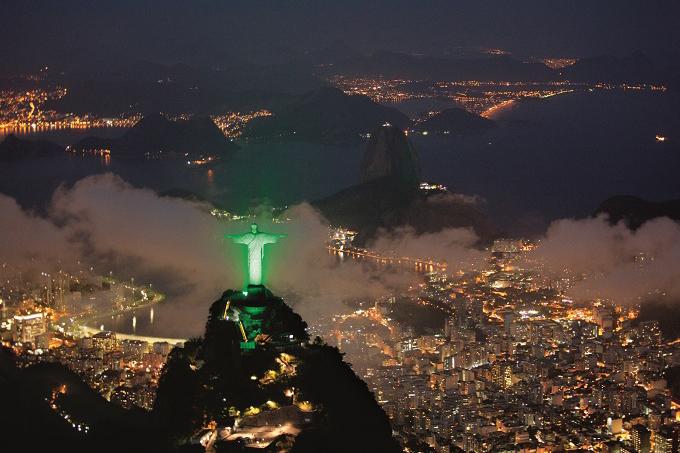 Osvetljen kip Hrista iznad Rio de Žaneira