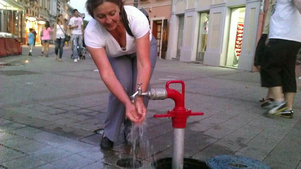Slavine na hidrantima spasavaju Novosađane od vrućine