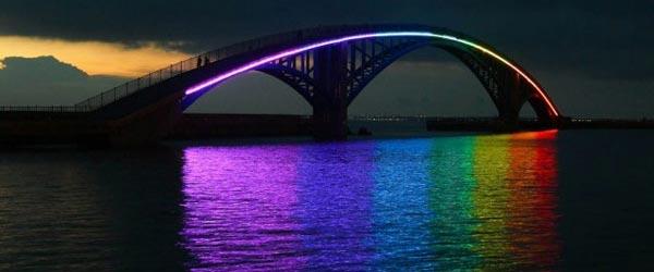 U duginim bojama: Noćno osvetljenje mosta