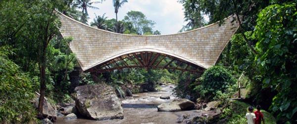Most na Baliju napravljen ručno od bambusa