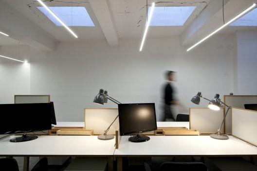 nova-iskra-design-incubator-in-belgrade-studio-petokraka_nova_iskra_workstations_-photo_by_relja_ivani--528x352
