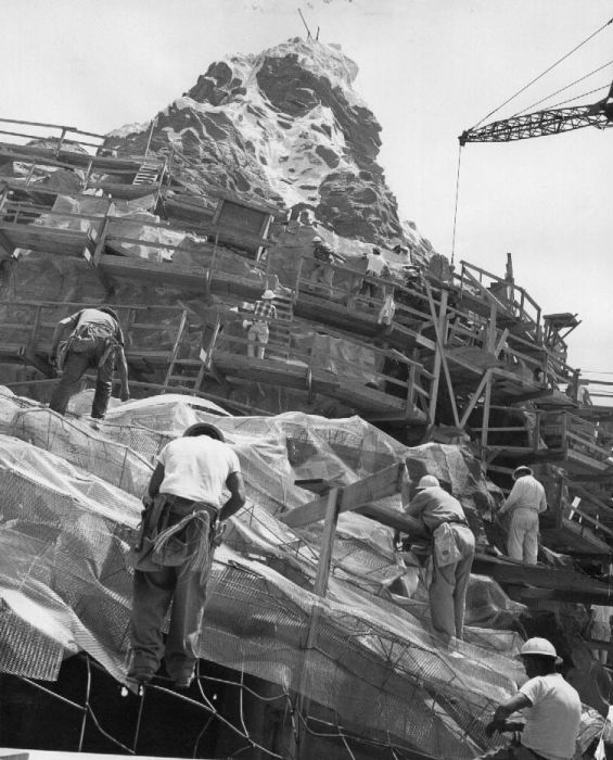 disneyland_under_construction_06