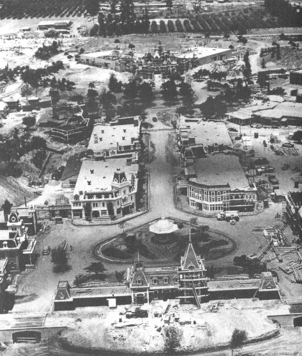 disneyland_under_construction_09
