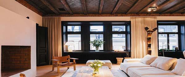 Naglašene grede i tavanica u enterijeru