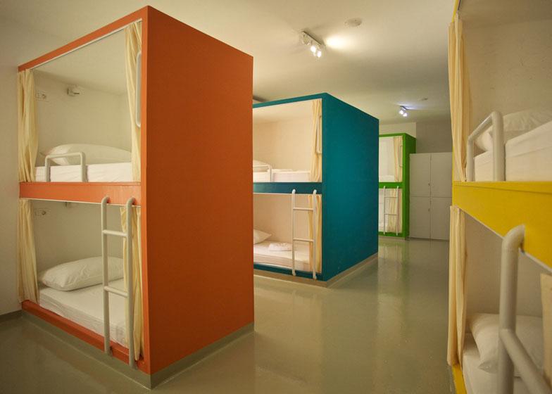 Živopisni kreveti na sprat u hostelu u Splitu