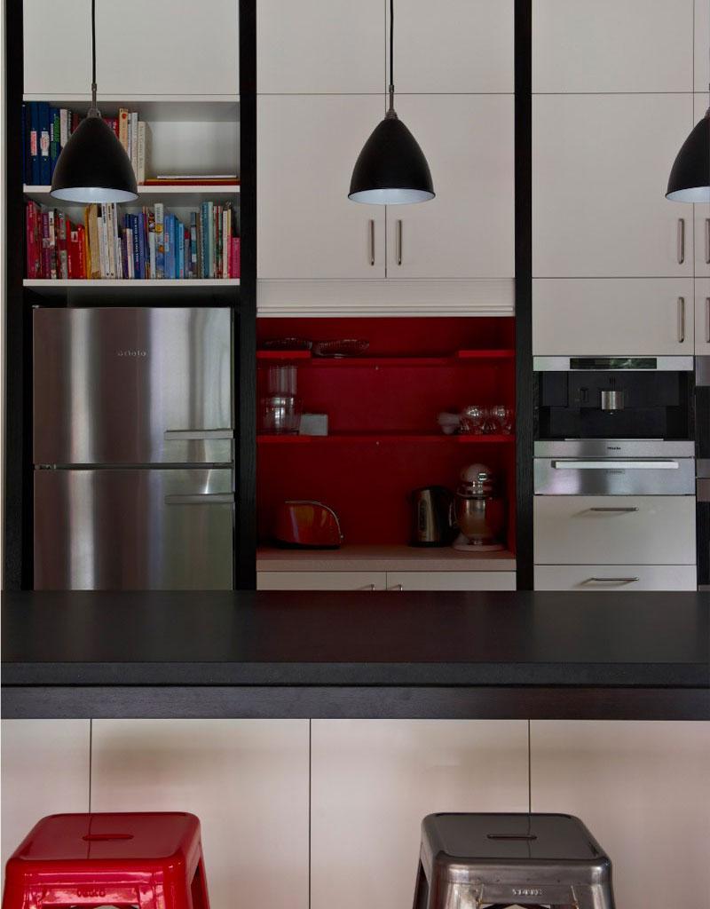 bela-kuhinja-sa-crvenim-detaljima