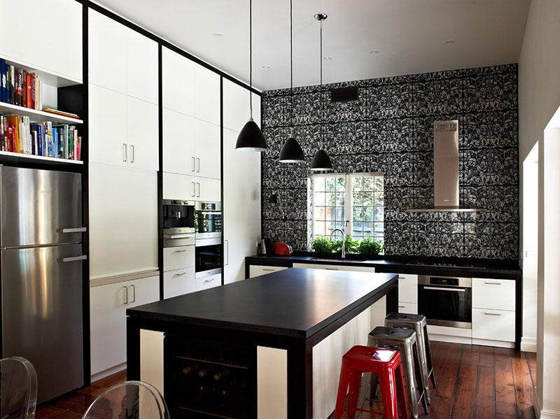 Šik crno-bela kuhinja sa kuhinjskim ostrvom