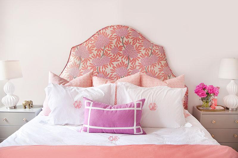 sareni-jastuci-na-krevetu