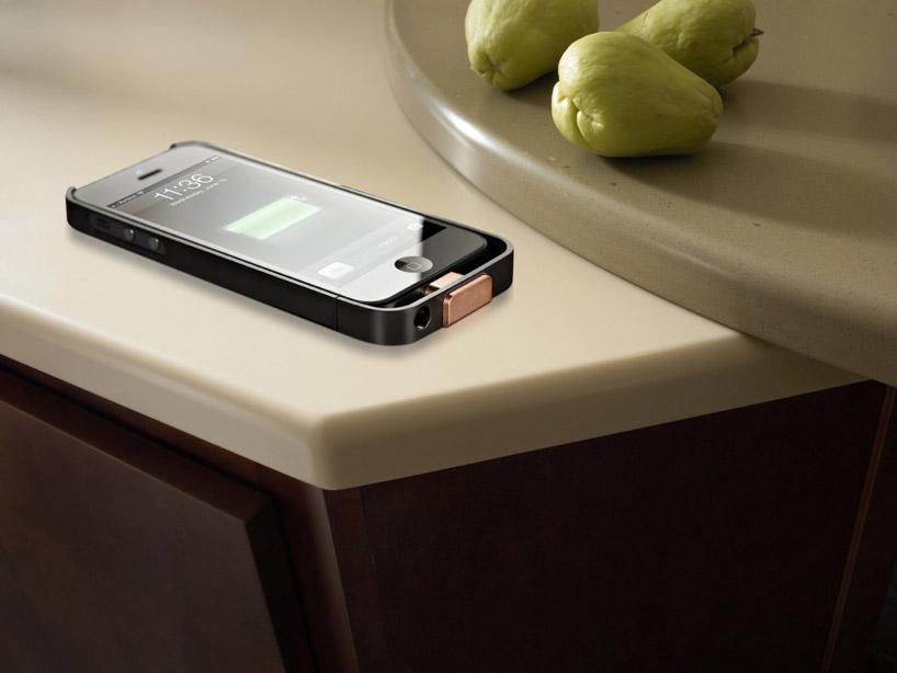 Kuhinjske radne ploče koje bežično pune mobilni telefon