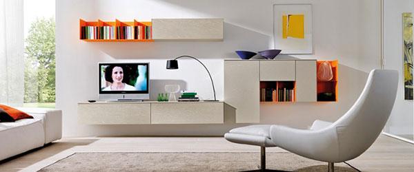Moderne police jarkih boja u dnevnoj sobi