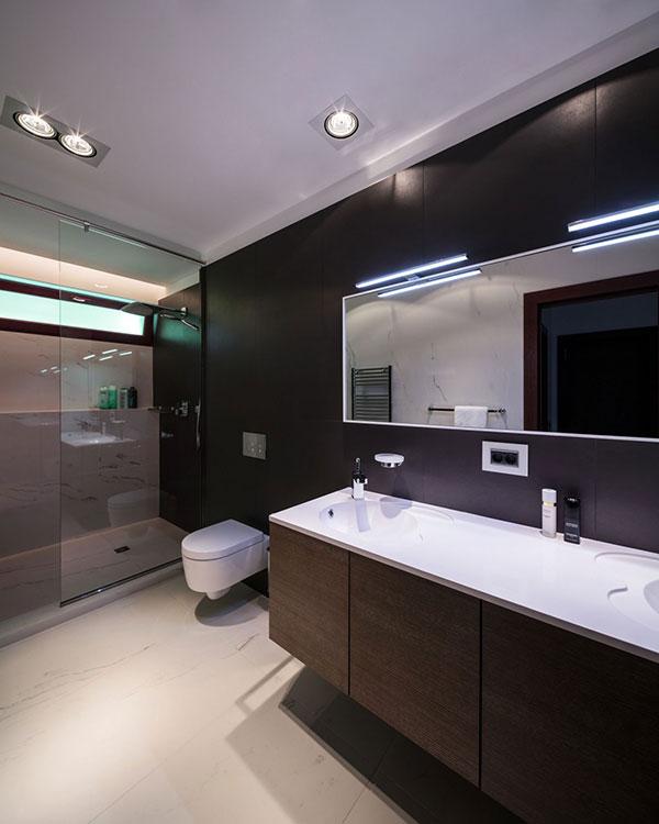 kupatilo-sa-crno-belim-plocicama-2