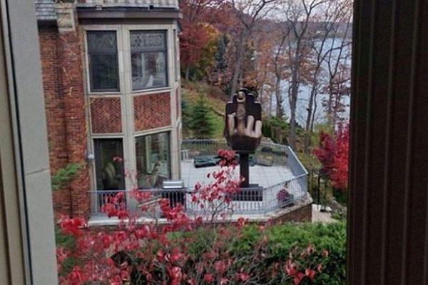 Ispod prozora bivše podigao statuu sa ispruženim srednjim prstom