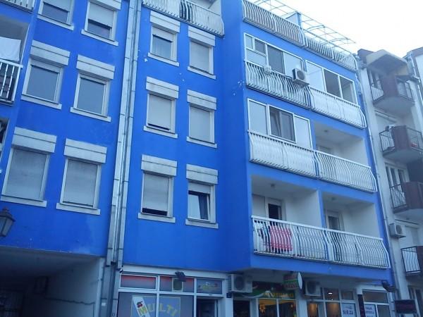 """""""Čuvena"""" plava zgrada u ulici Pap Pavla u Novom Sadu"""