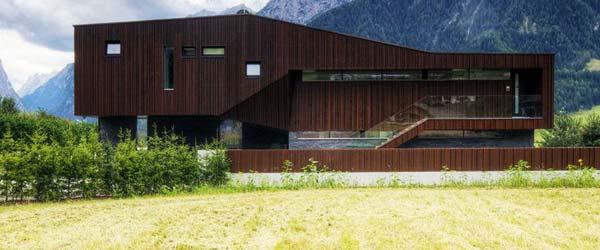 Solarna kuća utopljena u alpski krajolik