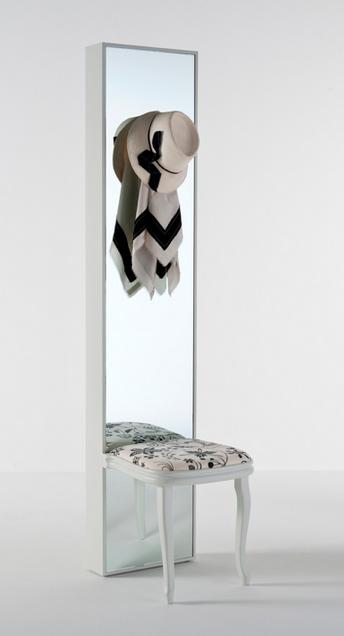 Za mali hodnik: Ogledalo, stolica i čiviluk u jednom elementu