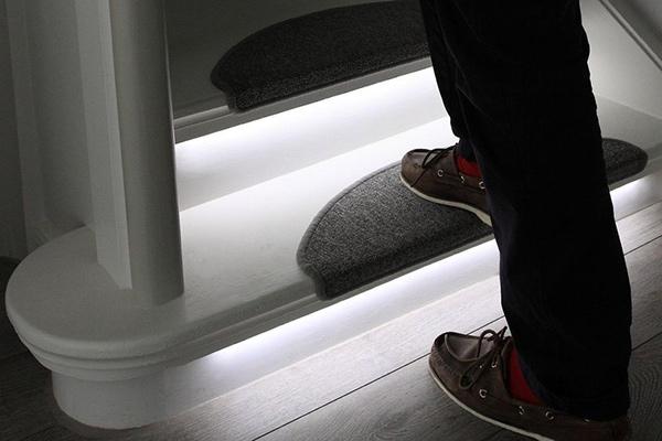 LED traka u rukohvatima i gazištima stepeništa