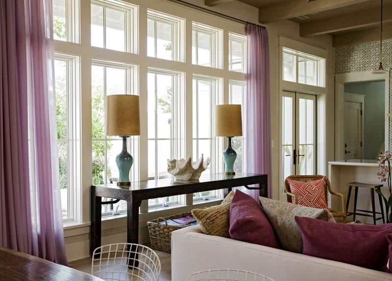Koloritni enterijer koji spaja dnevnu sobu i kuhinju