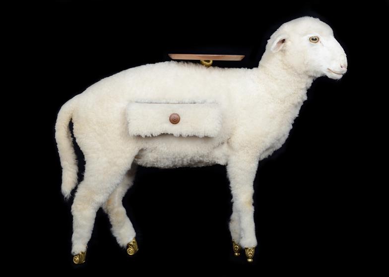 Preparirano jagnje kao morbidni stočić iz kolekcije Salvador Dali