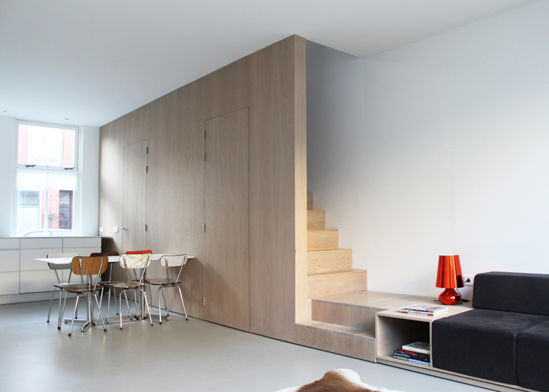 Fuzija stepeništa i sofe koja štedi prostor