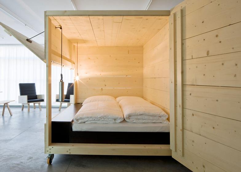 Kreveti u kotrljajućim drvenim kutijama