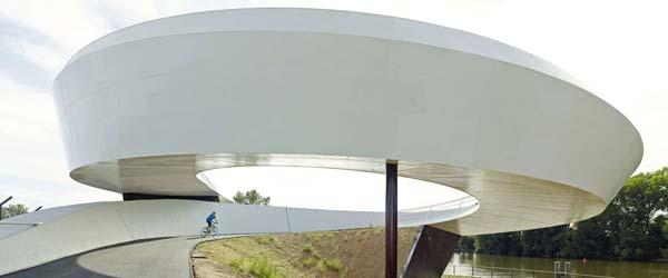 Spiralni most za bicikliste i pešake premošćava luku
