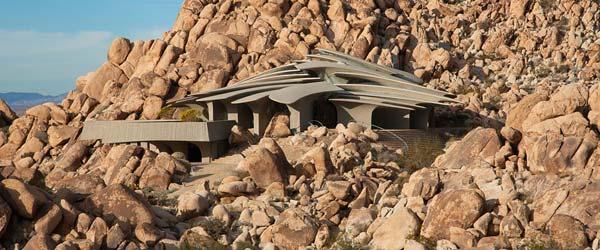 Impozantna betonska vila u kamenom kršu