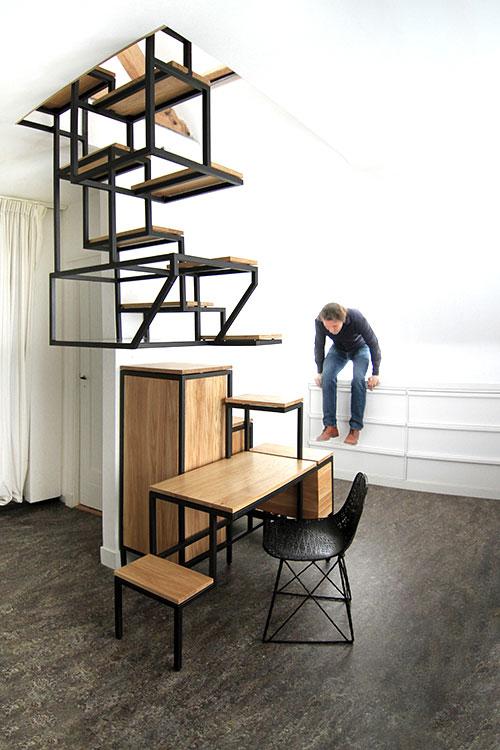 Okačeno stepenište ukombinovano s radnim stolom i policama