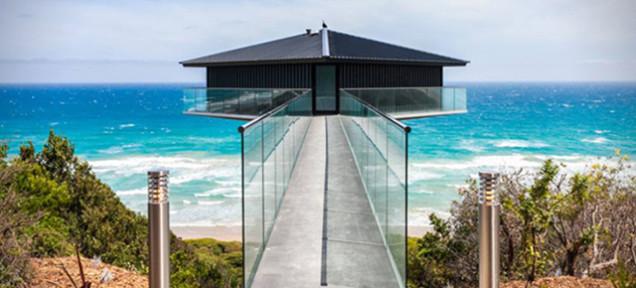 Optička varka: Kuća koja lebdi nad okeanom
