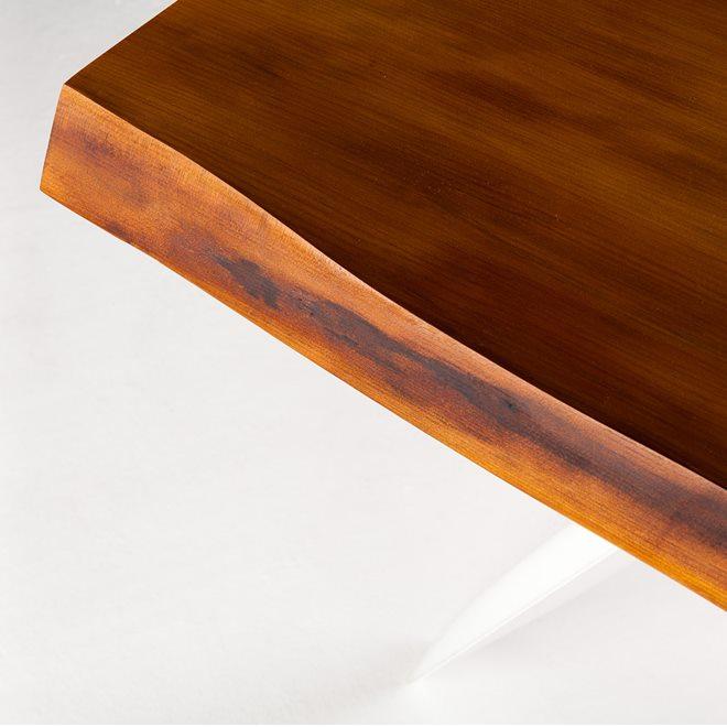 Trpezarijski sto napravljen od drveta starog 50.000 godina