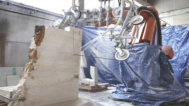 Pogledajte kako robot s dijamantskom testerom seče mermer