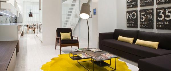 Enterijer dvosobnog stana na dve etaže u neutralnim bojama