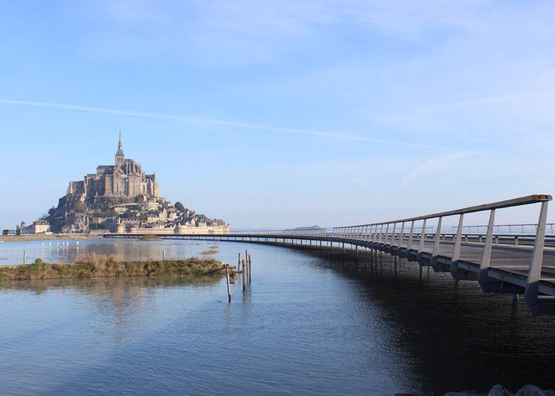 Spektakularni pešački most u Normandiji