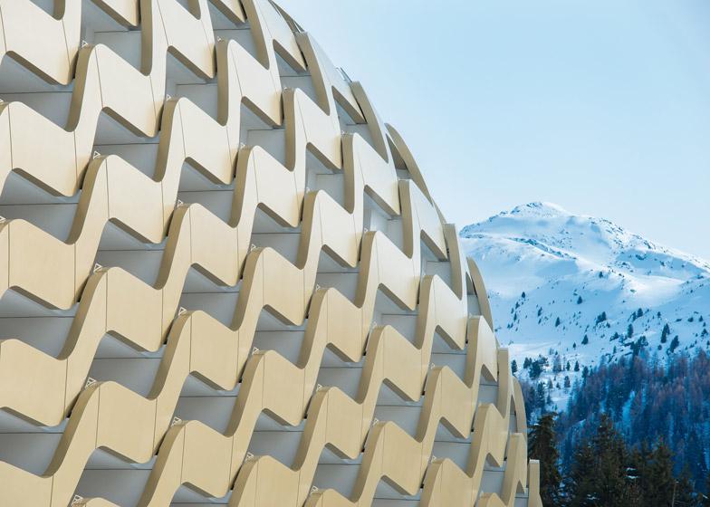 Zlatna talasasta fasada na novom hotelu u Švajcarskoj
