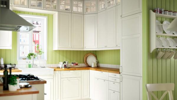 bela-kuhinja-zeleni-zid