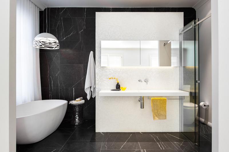 Renovirnanje kupatila: elegantna crno-bela kombinacija