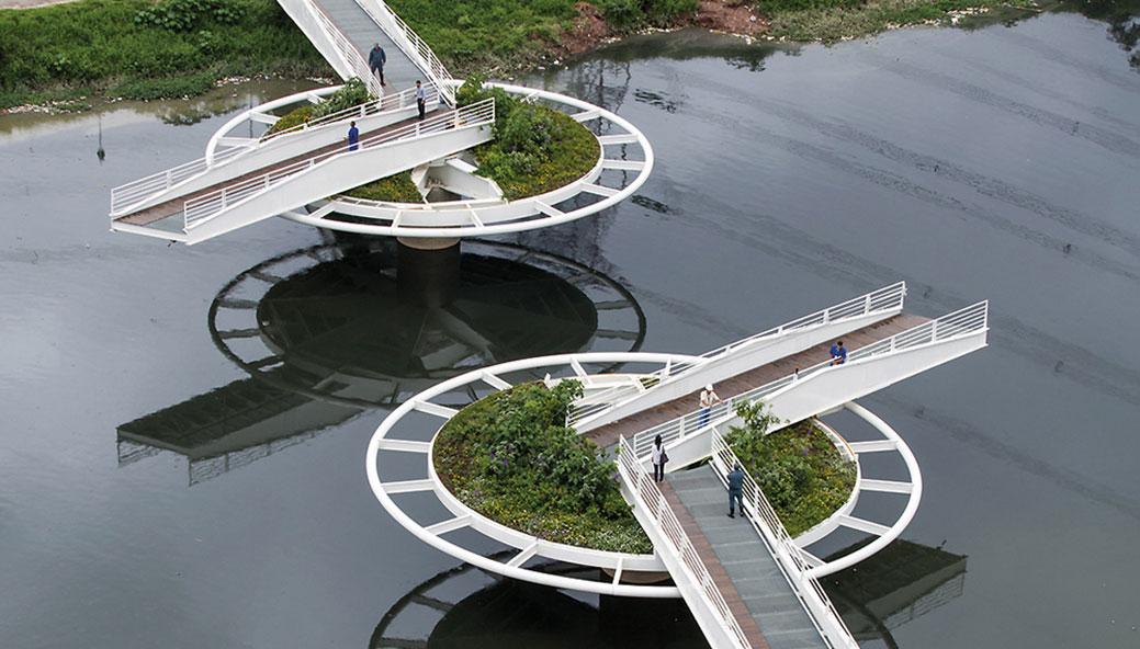 Pešački most na točkovima koji se rotira da bi propustio brodove