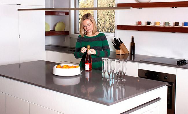 Zgodno rešenje: Trpezarijski sto koji se izvlači iz kuhinjskog šanka