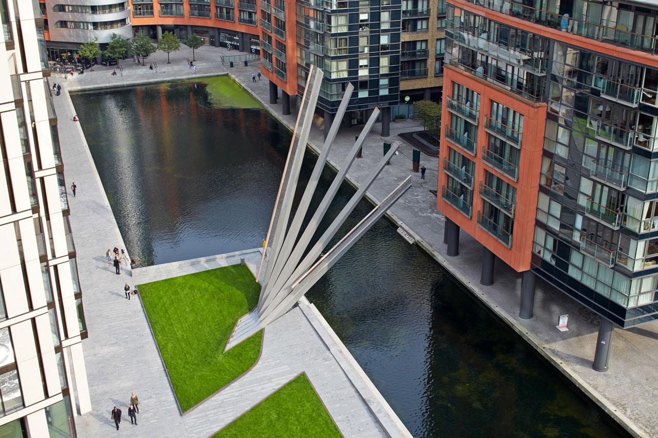 Pokretni pešački most preko kanala u obliku lepeze
