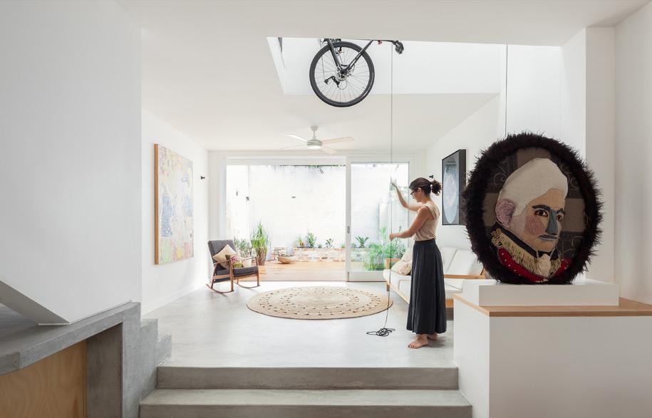 Vise nad glavom: Praktična dizalica za smeštaj bicikala u kući