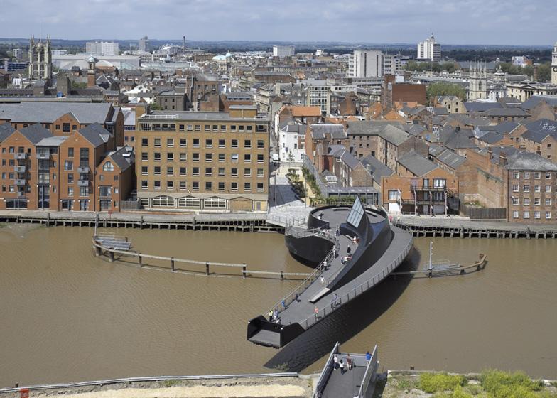 Pokretni pešački most u obliku apostrofa