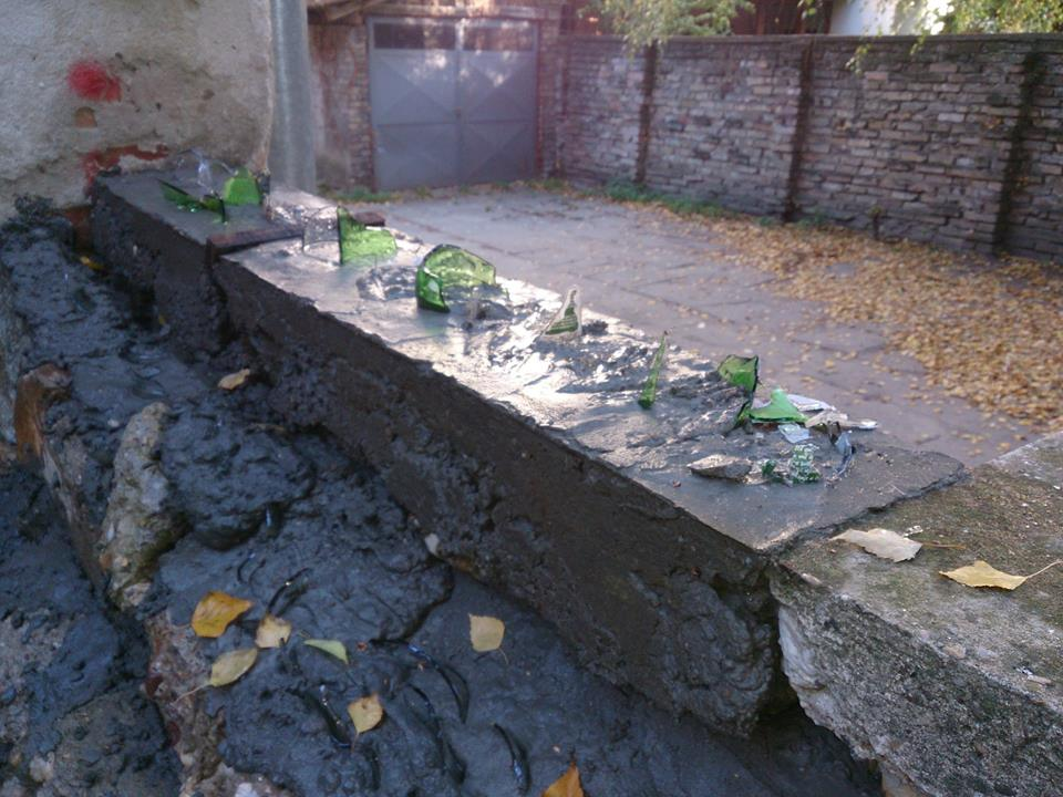 Podigao zid i posuo ga razbijenim staklom da bi se zaštitio od prolaznika