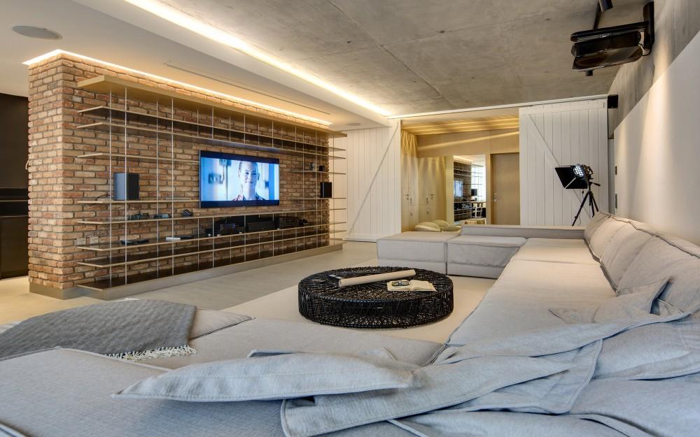 Bogatstvo materijala: Beton, drvo, travertin i opeka na zidovima i podovima
